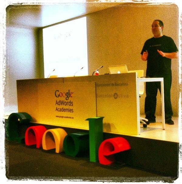 Las claves del marketing on-line en la creación de campañas publicitarias. Sergio Falcón durante su intervención en el evento de Google Academies. Marta Morales, periodista community manager